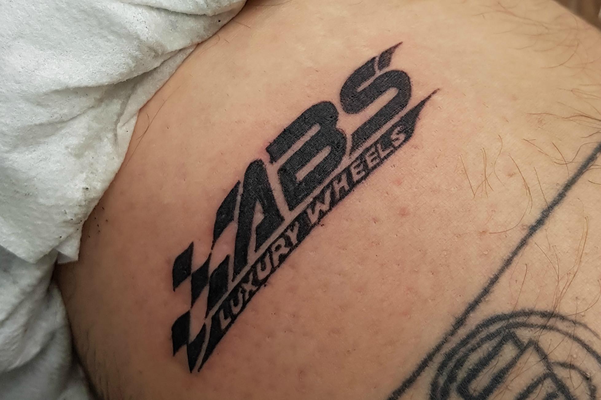 Tatuerade in e-handlares logga - fick gratis fälgar