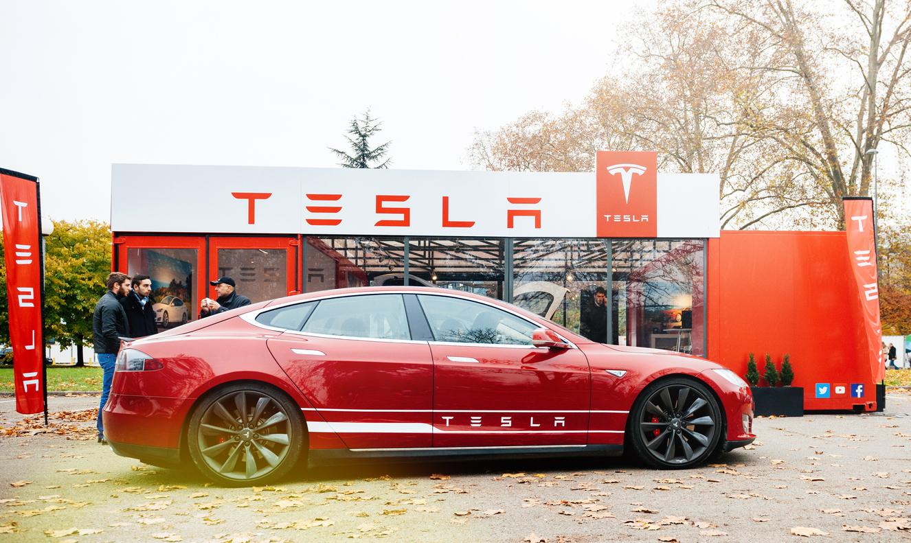 Tesla backar och höjer priserna - blir inte renodlad e-handlare