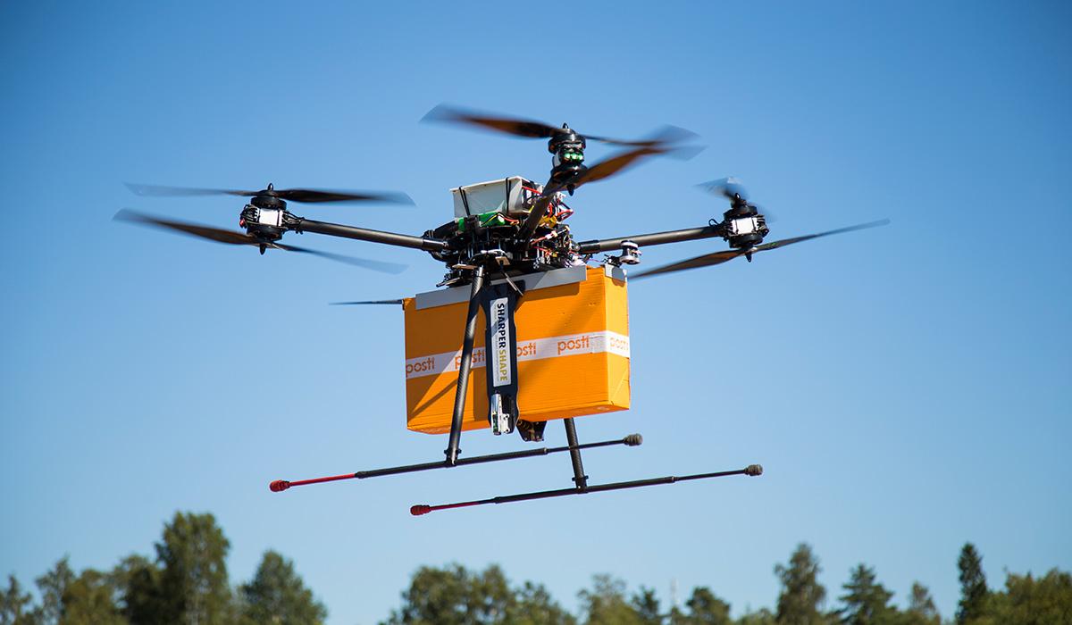 Se finska posten köra ut paket med flygande drönare