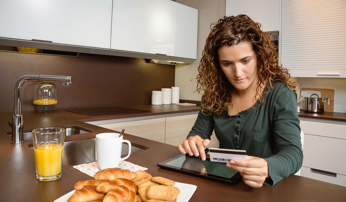 Sex av tio nordbor shoppar online varje månad