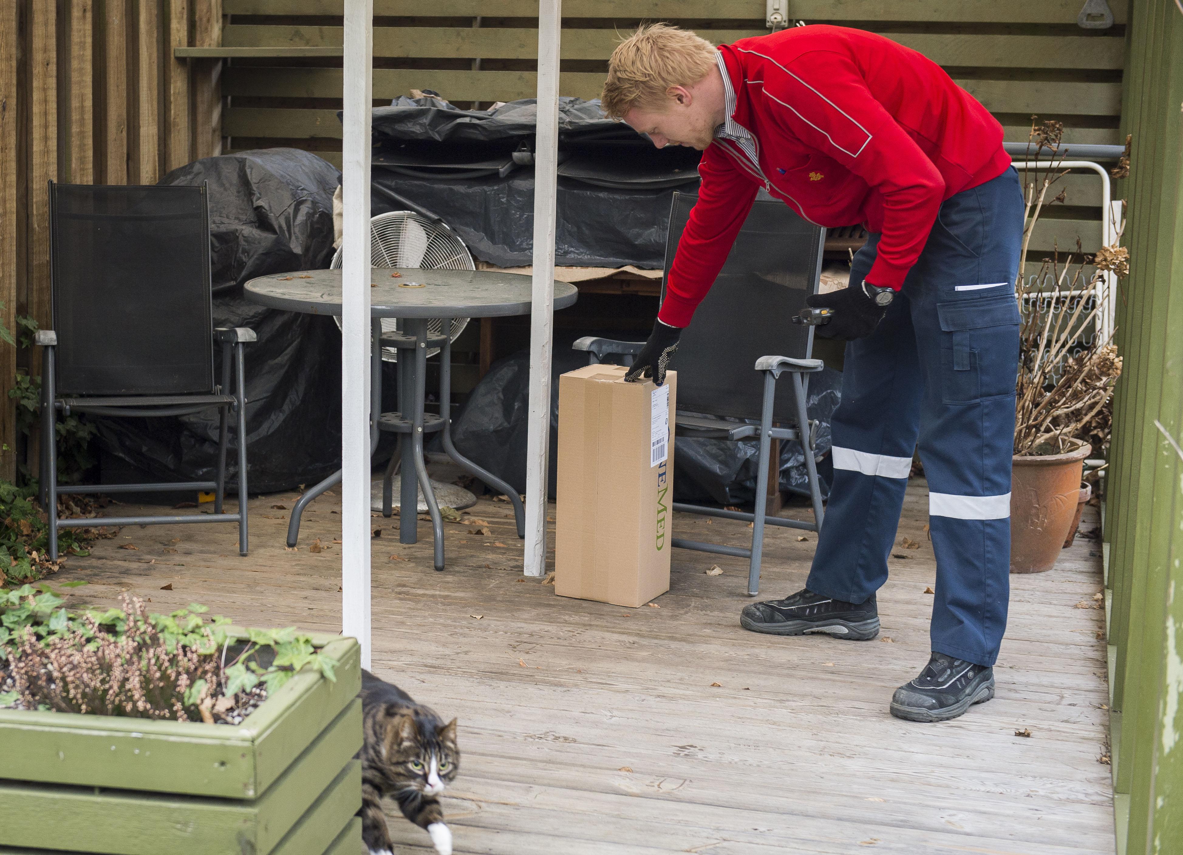 PostNord börjar dela ut paket utan att folk är hemma
