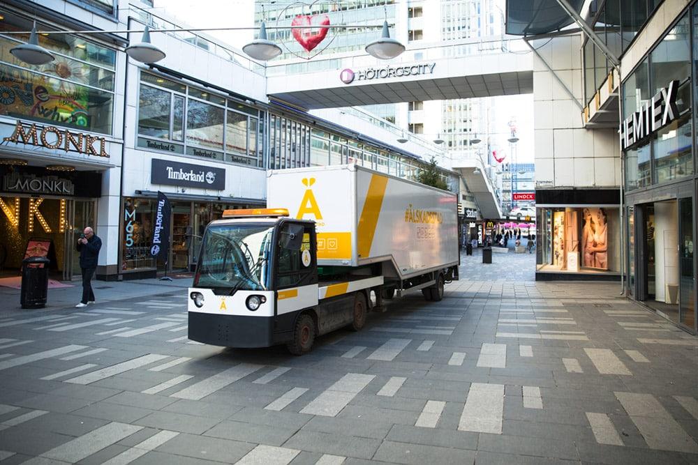 Lastbil från Älskade stad rullar på Stockholms gator